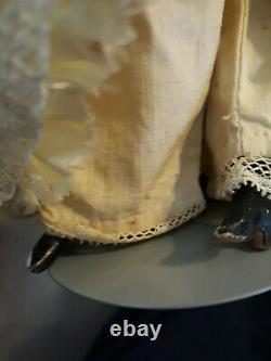 Antique 9 Poupée De Porcelaine & Vêtements & Dôme Stand