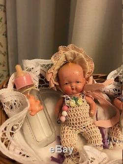 Biennet Ancien En Porcelaine Twins Dans Un Panier En Osier Sweet