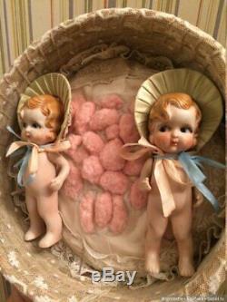 Biennet Vintage Ancien Twins En Porcelaine Dans Un Panier En Osier