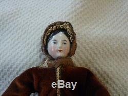 Début Antique Porcelaine Chine Head Doll Flat Top Side Curls Velours En Soie Vêtements
