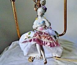 Lampe Vintage Ribbonwork En Mousseline De Soie Plissée Shades Porcelaine Half Doll & Fleurs