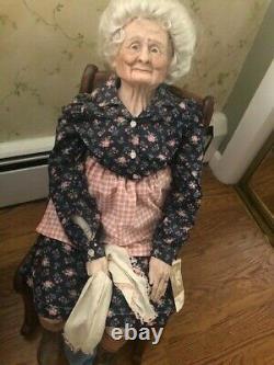Poupée Antique De Grand-mère De Porcelaine Dans La Chaise Berçante