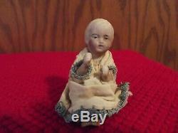 Poupée Bébé Antique En Porcelaine Assise De 2 1/2 Pouces Avec Des Vêtements Vintage