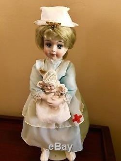 Poupée D'infirmière De La Croix-rouge Bisque Vintage Tenant La Belle Poupée De Bébé Bisque