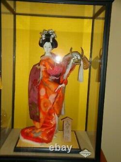 Poupée Japonaise Vintage De Geisha De Porcelaine Dans L'état De Menthe De Vitrine En Verre