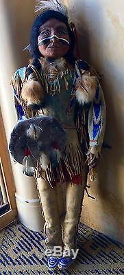 Rare Vintage Doll Amérindien Fait Main En Cuir Figure 24 Pouces Signé