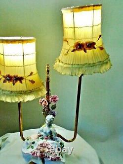 Ruban De Lampe De Cru Sur Les Nuances Plissées De Mousseline De Soie La Moitié De Poupée Et Fleurs