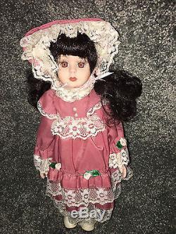 Victorian Porcelain Doll 11 Robe Rose Avec Roses Et Dentelle Brunette Bonnet Vintage