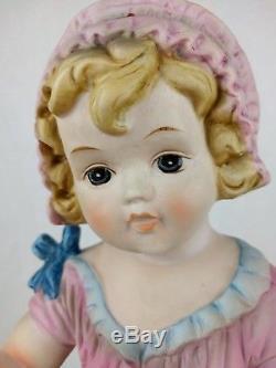 Vtg Peint À La Main Piano Bébé Figure Fille Bisque Porcelaine Chapeau Chaussette Poupon Bébé Rose