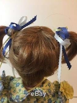 Vtg. Poupée En Porcelaine Faite À La Main 20 Pièces Uniques Robe Jaune Et Bleue